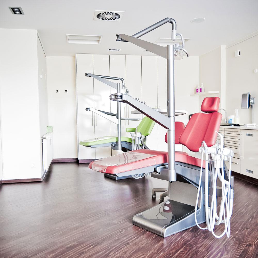 Kieferorthopaedie Aguero - Impressionen Behandlungszimmer Stuhl