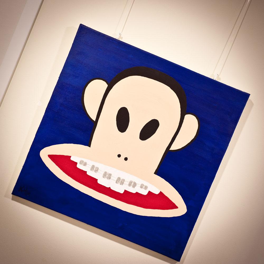 Kieferorthopaedie Aguero - Impressionen Gemaelde Affe Zahnspange lachend
